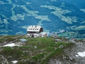 Im Dachstein am Guttenberhaus mit Blick nach Ramsau im Tal