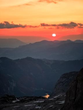 Im Dachstein an der Adamekhütte mit Blick in die Berge und den Hinterer Gosausee im Tal