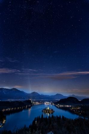 Sternenhimmel über Lake Bled in Slowenien